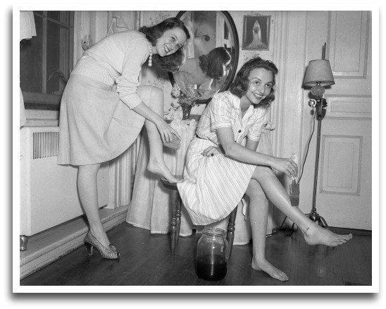 etudiantes se teignant les jambes